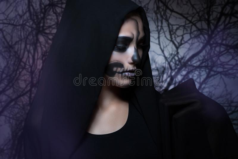 Halloweenowy portret młoda piękna dziewczyna w czarnym kapiszonie obrazy stock
