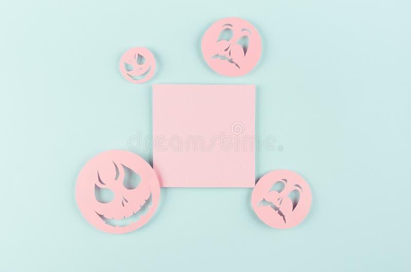 Halloweenowy szablon dla projekta cięcie papier - modna różowa puste miejsce kwadrata etykietka z śmiesznymi emoji twarzami na pa obraz stock