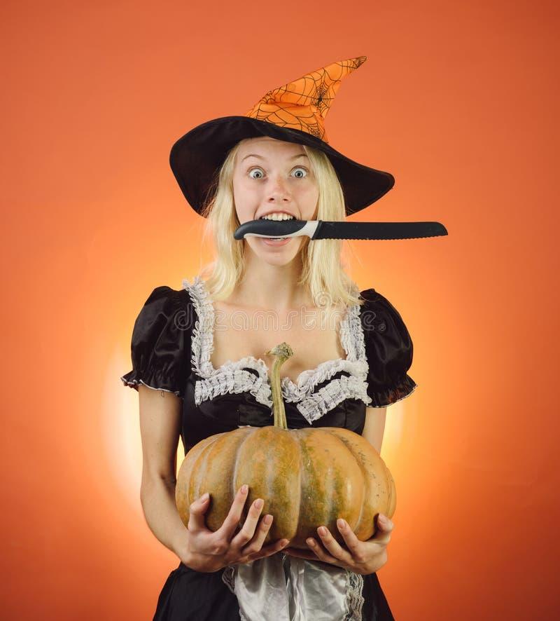 Halloweenowy szeroki sztandar z gospodynią Blondynki gospodyni domowa z dyniową sztuką i pozować Zdziwiona kobieta w czarownica k zdjęcia stock