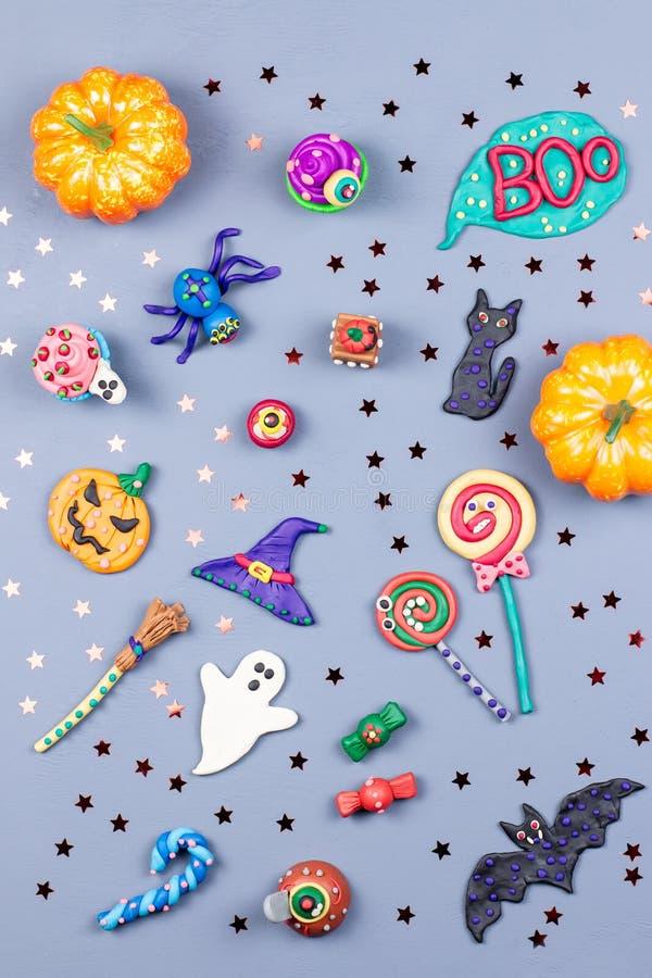 Halloweenowy tło z dekoracjami Czarny kot, nietoperze, czarownicy kapelusz i broomstick z pomarańczowymi baniami, Odgórny widok obraz stock