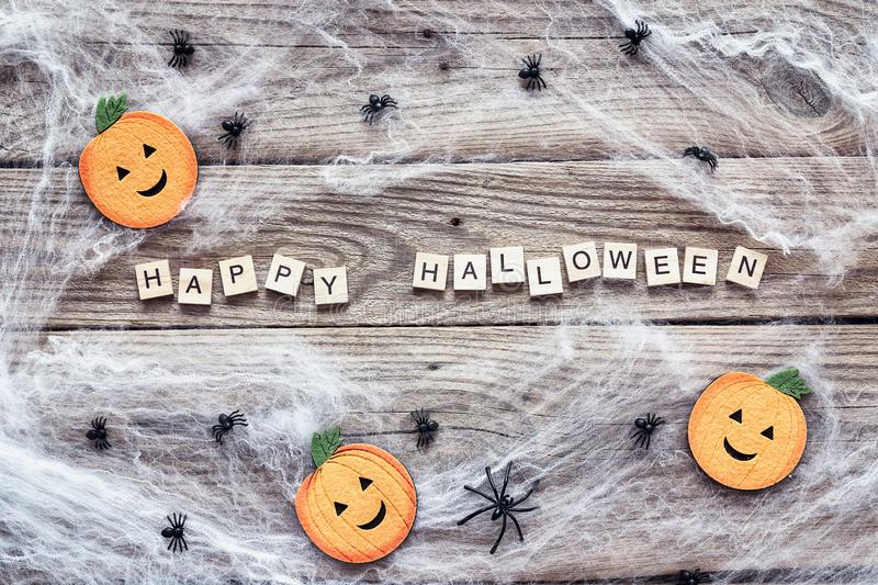 Halloweenowy tło z dekoracyjnymi baniami, przerażającą siecią i pająkami na starych drewnianych deskach, fotografia stock