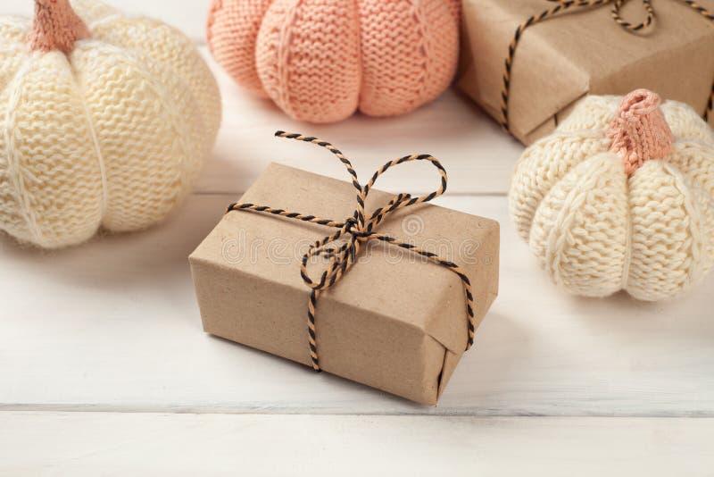 Halloweenowy tło z prezentów pudełkami i dziać dekoracyjnymi baniami na białych deskach obraz royalty free