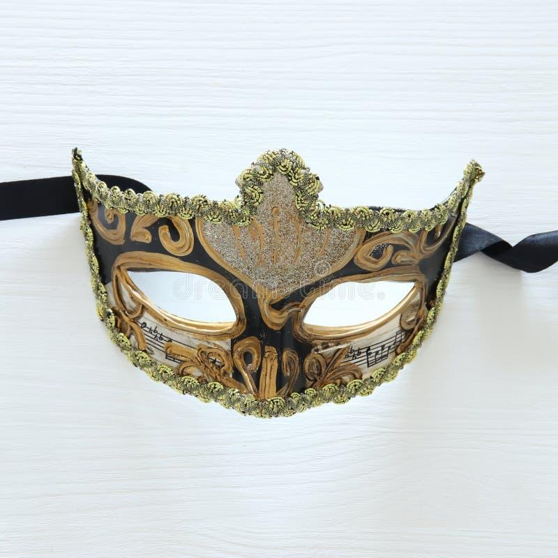 Halloweenowy wakacyjny minimalny odgórnego widoku wizerunek venetian elegancka maska nad białym drewnianym tłem fotografia stock