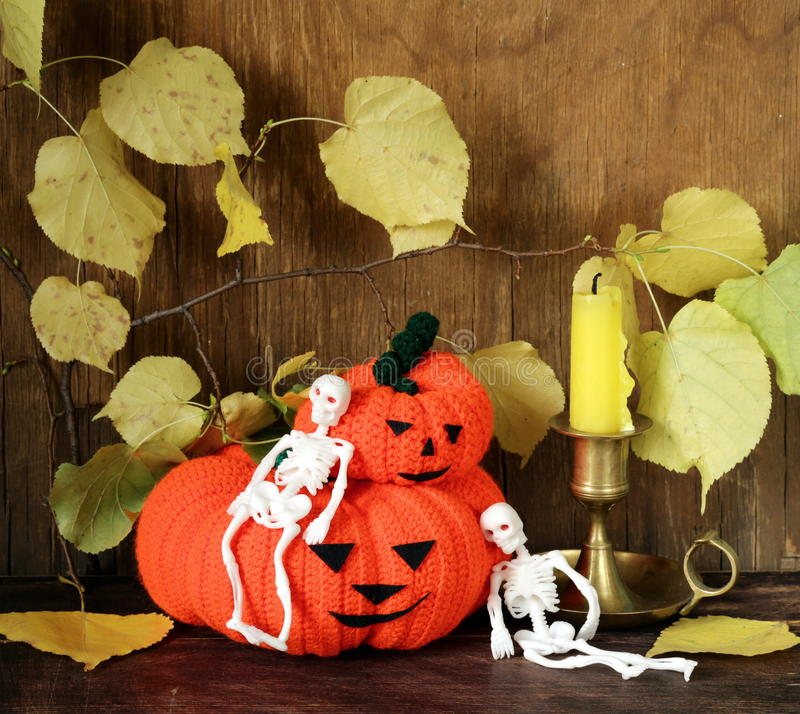 Halloweens lebens- Kürbis noch mit gelben Blättern stockfotos