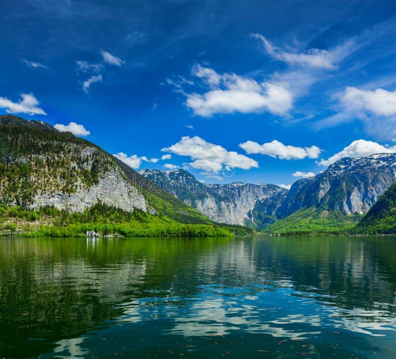 Hallstätter voient le lac de montagne en Autriche photographie stock