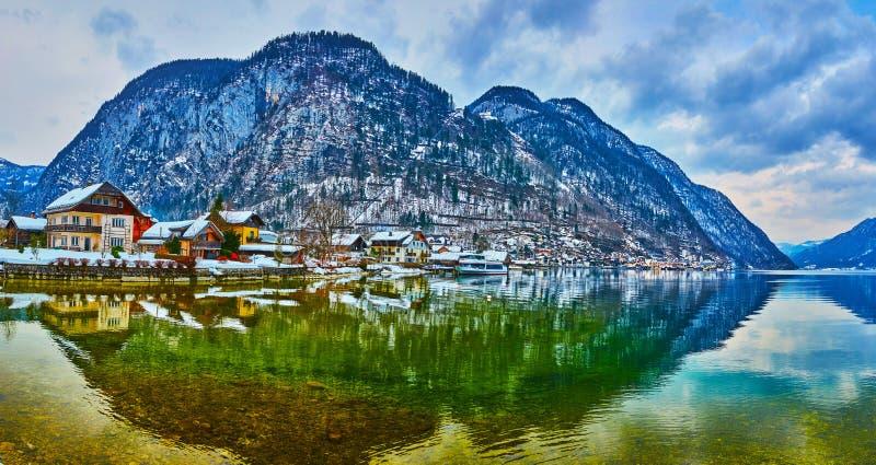 Hallstatt全景与它的反射的在湖,萨尔茨卡默古特,奥地利 免版税库存图片