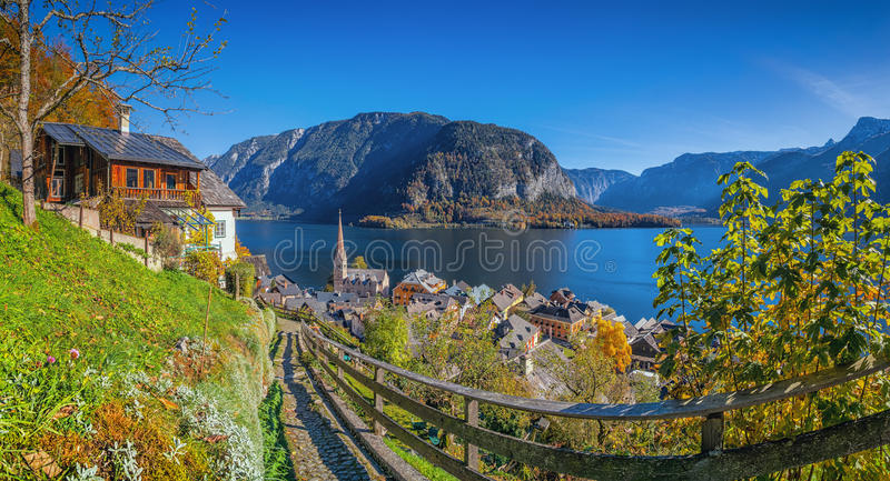 Hallstatt历史的山村与湖秋天的,奥地利的 免版税库存照片