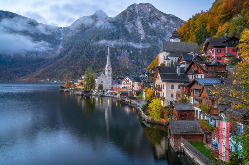 Hallstatt山村在秋天,萨尔茨卡默古特,奥地利的微明下 免版税库存照片