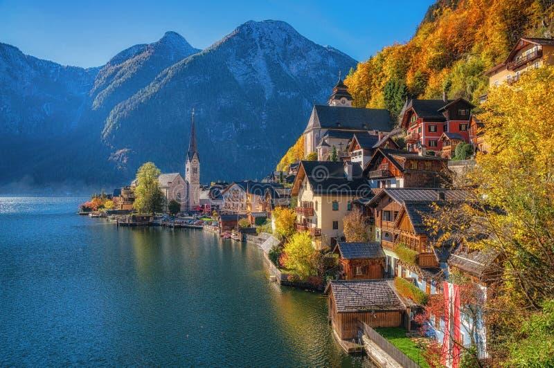 Hallstatt早晨光的山村在秋天,萨尔茨卡默古特,奥地利 免版税库存照片