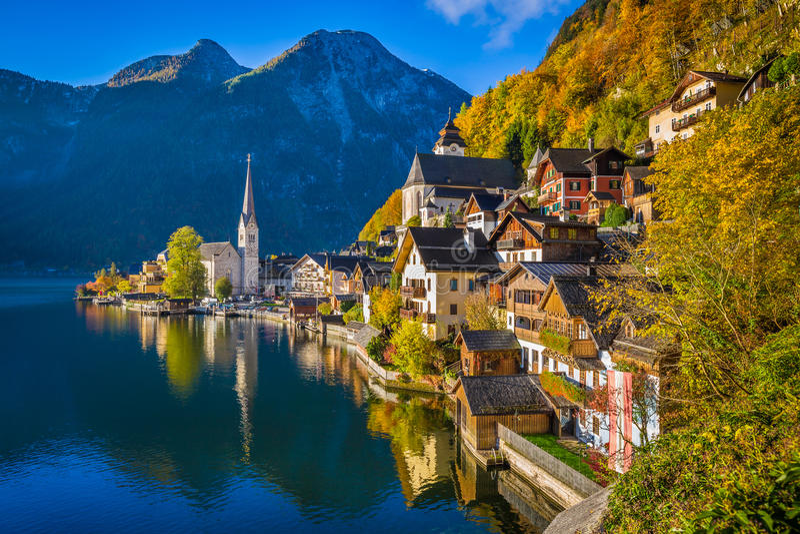 Hallstatt秋天的,萨尔茨卡默古特,奥地利山村 库存照片