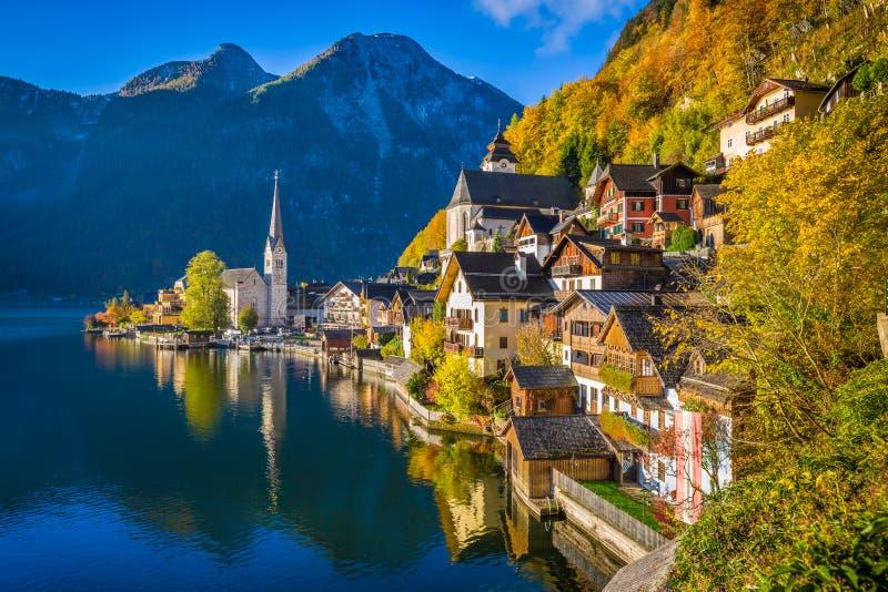 Hallstatt秋天的,萨尔茨卡默古特,奥地利山村 免版税库存照片