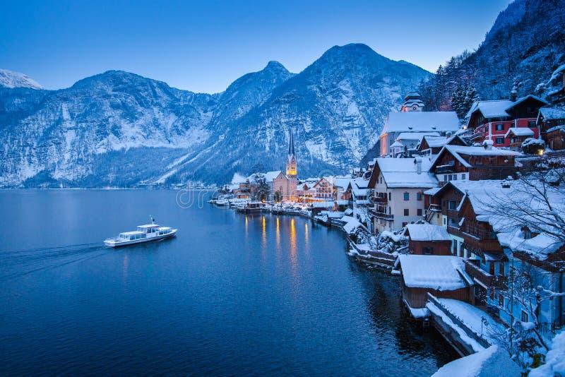 Hallstatt经典看法与船的在冬天微明, Salzkamm下 免版税库存图片