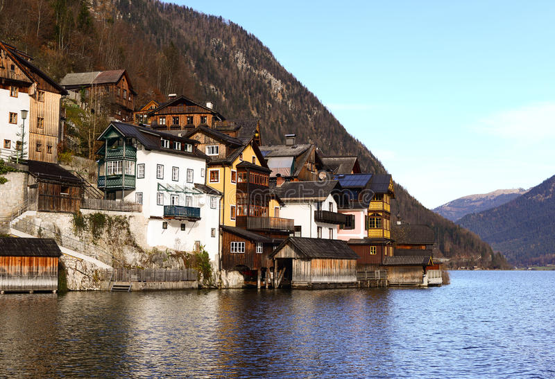 Hallstatt老镇村庄看法河岸的 免版税库存照片