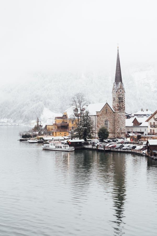HALLSTATT,奥地利- 2018年12月:在Evangelische Pfarrkirche和老镇的看法在冬天 免版税库存图片