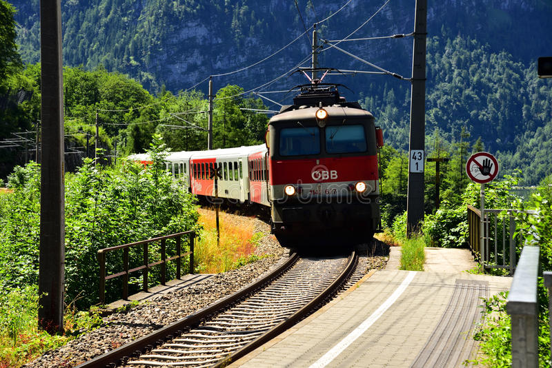 Hallstatt,奥地利- 2017年6月30日:OBB火车照片在奥地利的乡下 库存照片