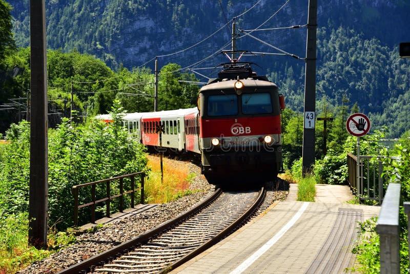 Hallstatt, Áustria - 30 de junho de 2017: Foto do trem de OBB no campo de Áustria fotos de stock