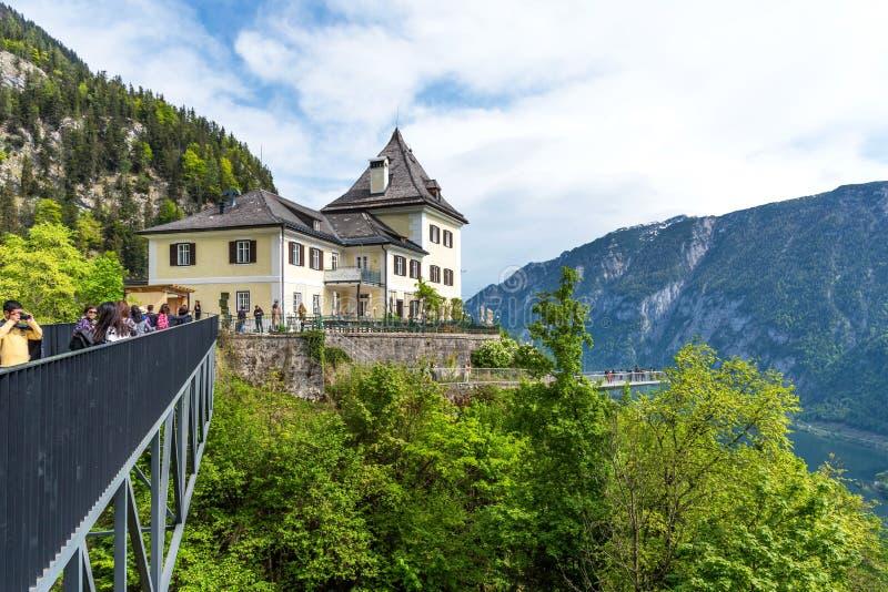 Hallstatt, Áustria - 2 de maio de 2018: Skywalk de Hallstatt o Rudolfsturm - um restaurante com um terraço panorâmico Patrimônio  imagem de stock royalty free