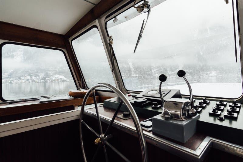 HALLSTATT, ÁUSTRIA - EM JANEIRO DE 2019: vista sobre a cidade de Hallstatt e as montanhas dos cumes da cabine do capitão do ferry fotos de stock