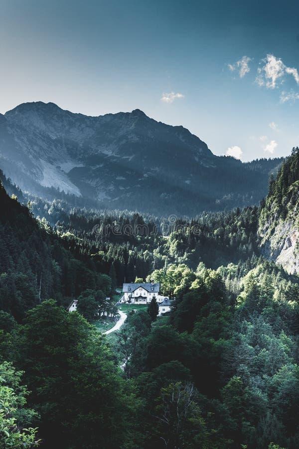 Hallstatt é um lugar surpreendente foto de stock royalty free