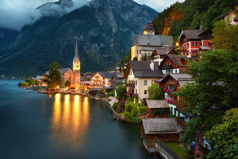 Hallstatt by Österrike Hallstatt på natten fotografering för bildbyråer