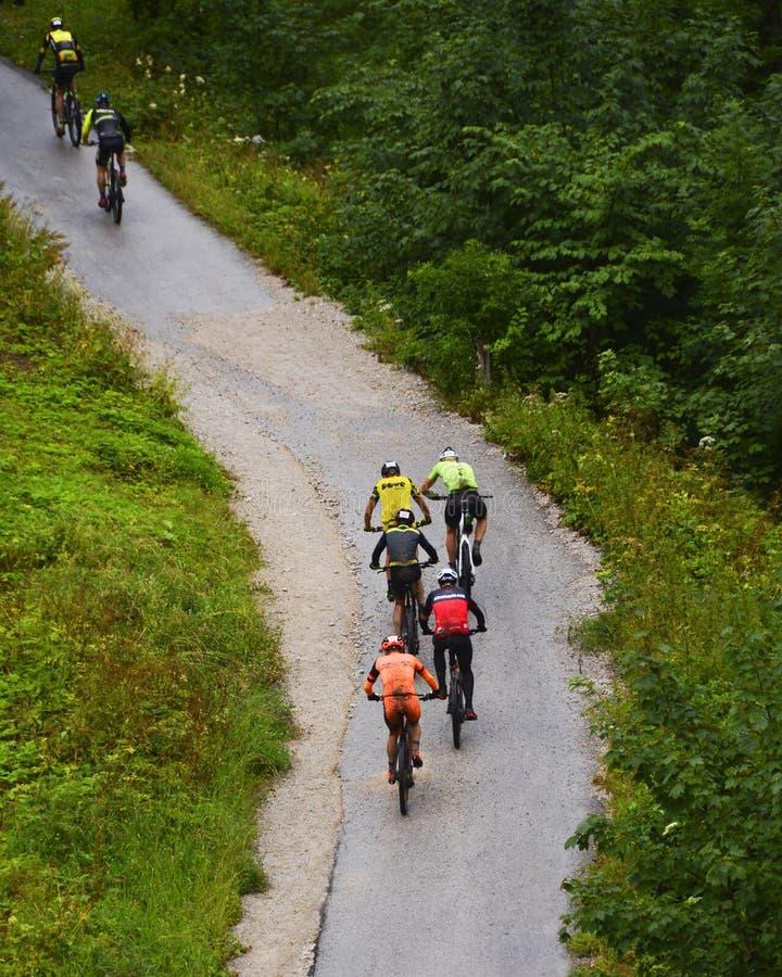 Hallstatt Österrike - JULI 13, 2019: Salzkammergut Mountainbike troféaffärsföretag arkivbilder