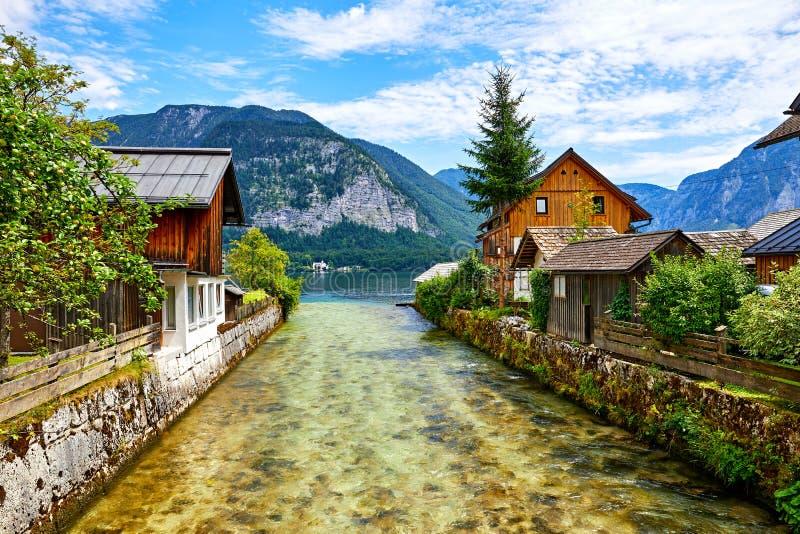 Hallstatt Österrike traditionella träösterrikarehus arkivbilder