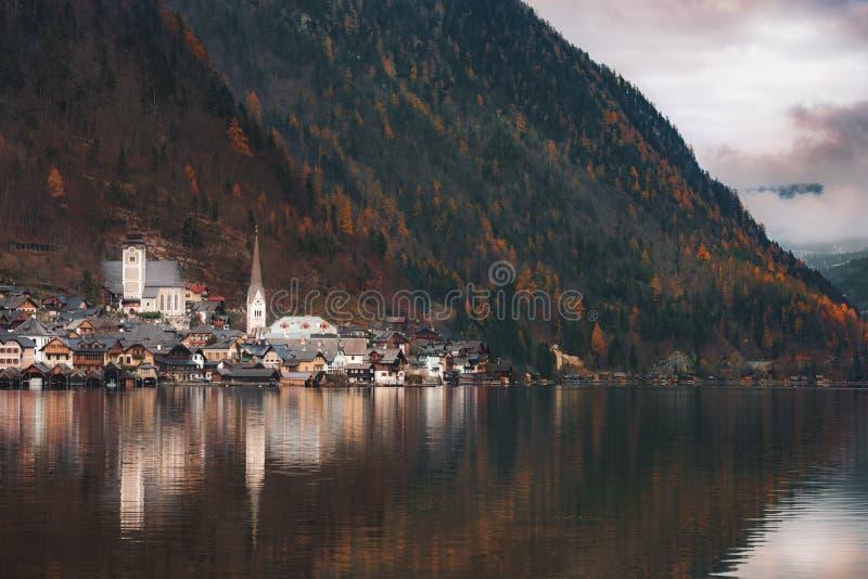 Hallstatt στα χρώματα φθινοπώρου στοκ εικόνα με δικαίωμα ελεύθερης χρήσης