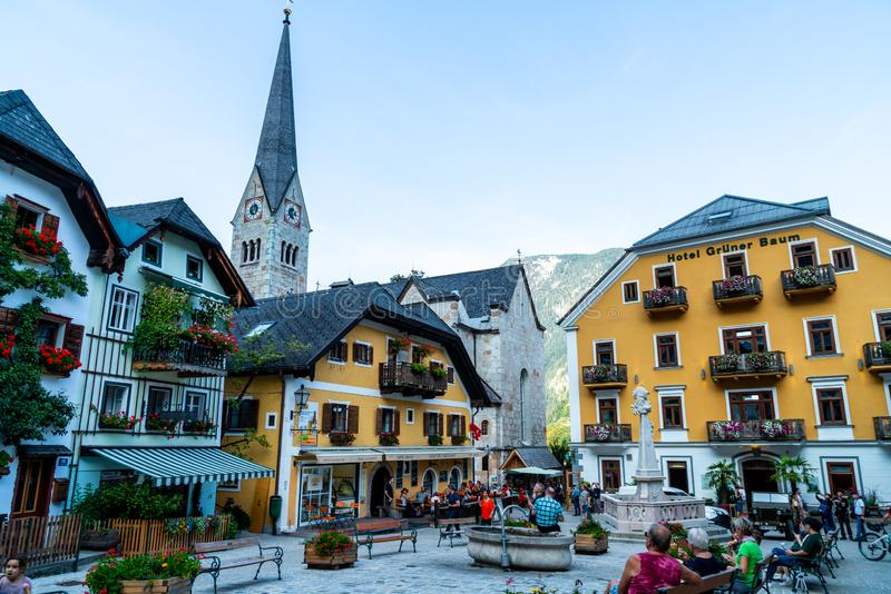 HALLSTATT, AUSTRIA - 29 DE AGOSTO DE 2018: Plaza en Hallstatt, Austria Hallstatt es pueblo hist?rico situado en las monta?as aust fotografía de archivo