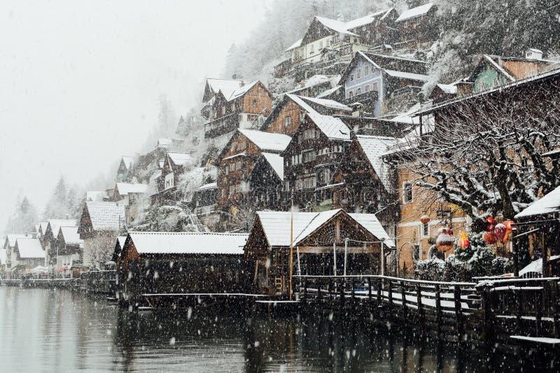 HALLSTATT, AUSTRIA - DICIEMBRE DE 2018: visión sobre casas de madera de la ciudad vieja durante tormenta de la nieve fotografía de archivo libre de regalías
