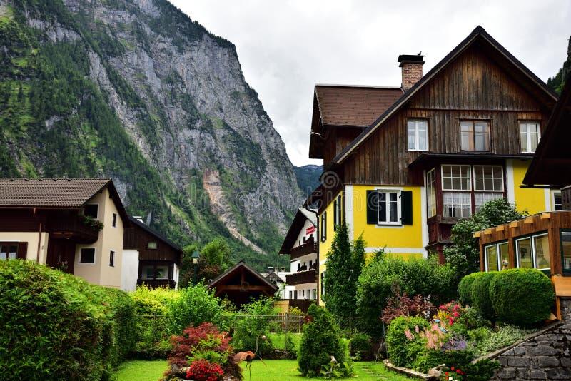 Hallstatt, Austria - 29 2017 Jun: Alpejscy domy dekorujący z kwiatami i roślinami obraz royalty free