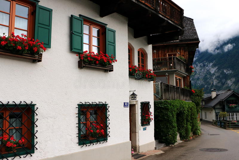 Hallstatt, Austria - 29 2017 Jun: Alpejscy domy dekorujący z kwiatami i roślinami obraz stock