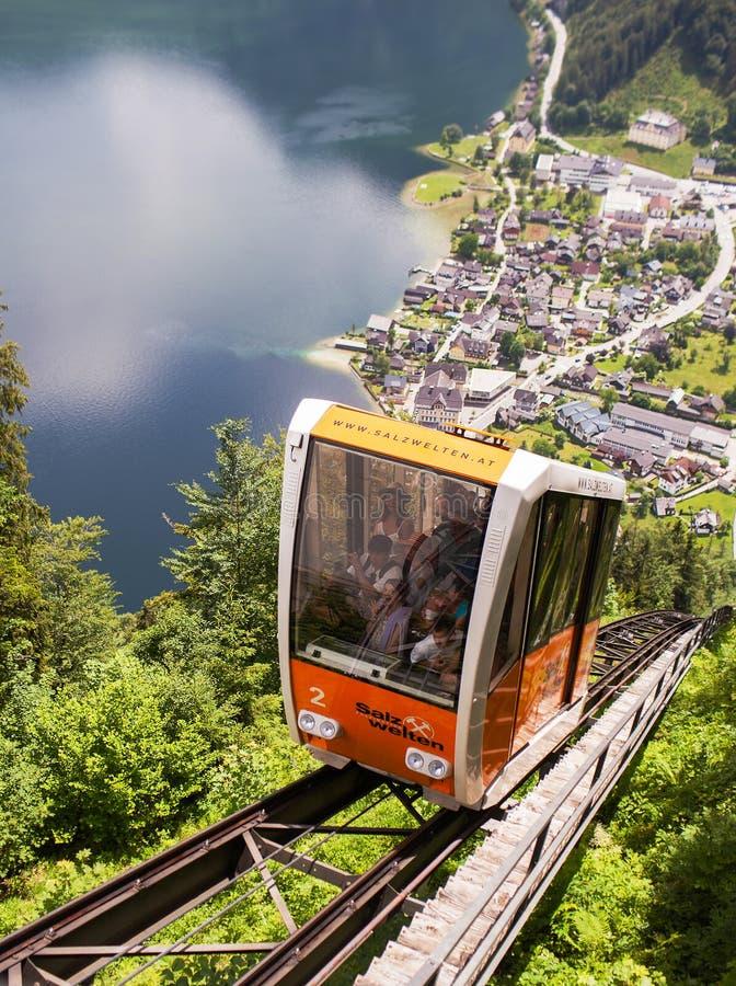 Hallstatt Austria, Maj, - 31, 2018: Funicular wspina się w górę kolei obrazy royalty free