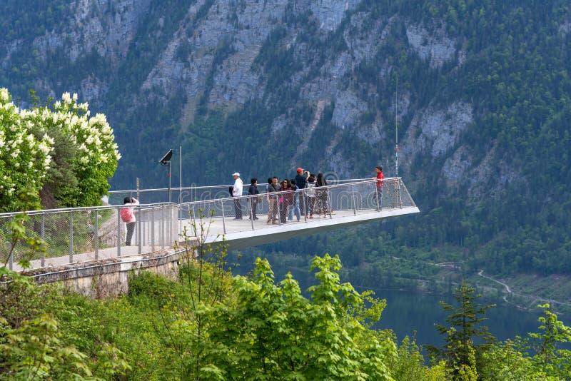 Hallstatt, Autriche - 2 mai 2018 : Skywalk de Hallstatt Vue de patrimoine mondial dans Hallstatt, Autriche photographie stock libre de droits