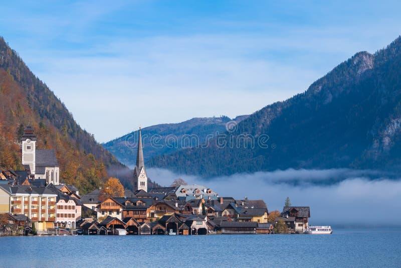 Hallstatt-Bergdorf an einem sonnigen Tag vom klassischen Postkartenstandpunkt Salzkammergut Österreich stockfotos