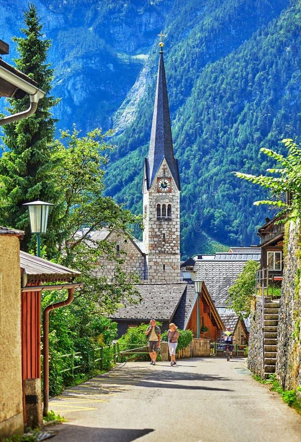 Hallstatt dans la rue de l'Autriche d'Alpes de montagne antique photographie stock