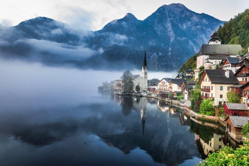 Hallstatt de niebla en otoño imágenes de archivo libres de regalías
