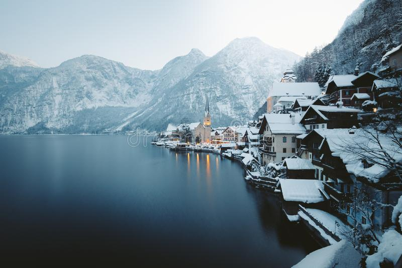 Hallstatt en el crep?sculo en el invierno, Salzkammergut, Austria fotos de archivo