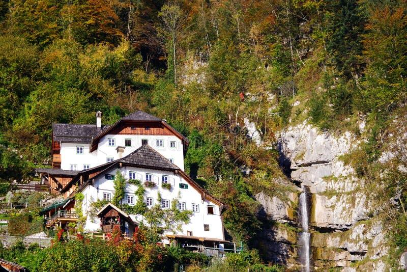 Hallstatt by i en solig höstdag fotografering för bildbyråer