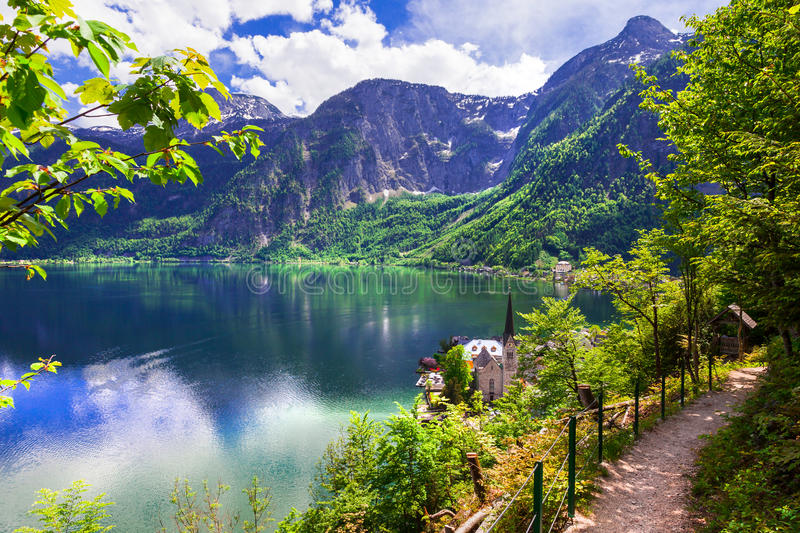 Hallstatt - lac et village de picturesue dans les Alpes autrichiens photo stock