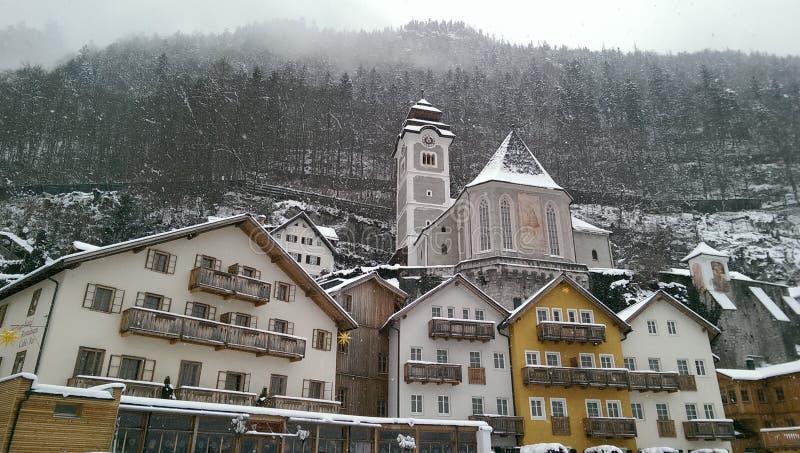 Hallstatt nella vista della neve, Austria immagine stock