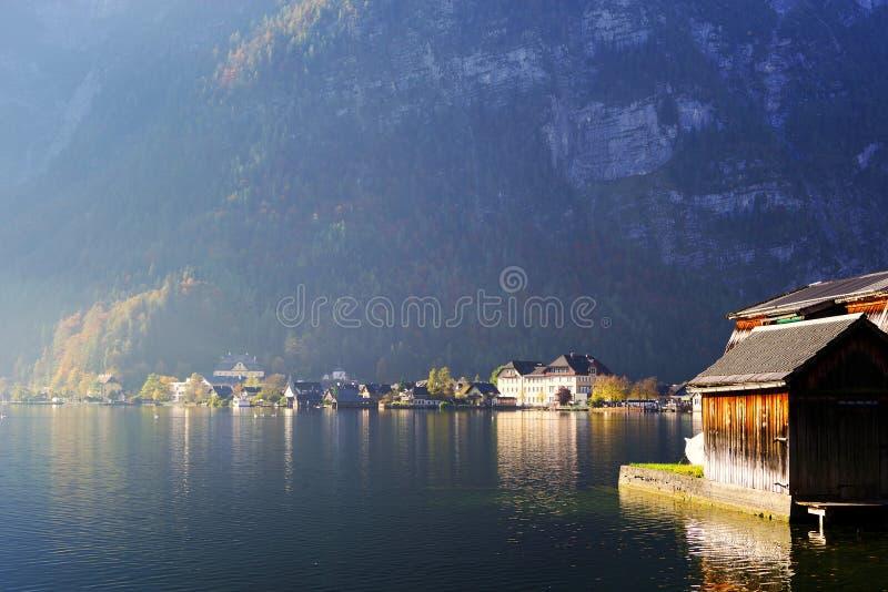 Hallstatt by, på kusten av Hallstatt sjön i en solig höstdag arkivfoto