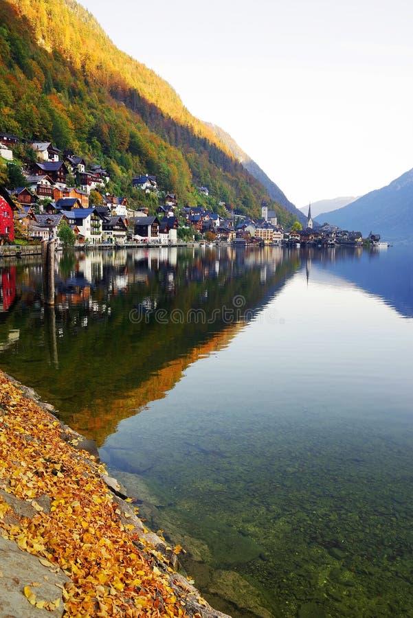 Hallstatt by, på kusten av Hallstatt sjön i en solig höstdag fotografering för bildbyråer
