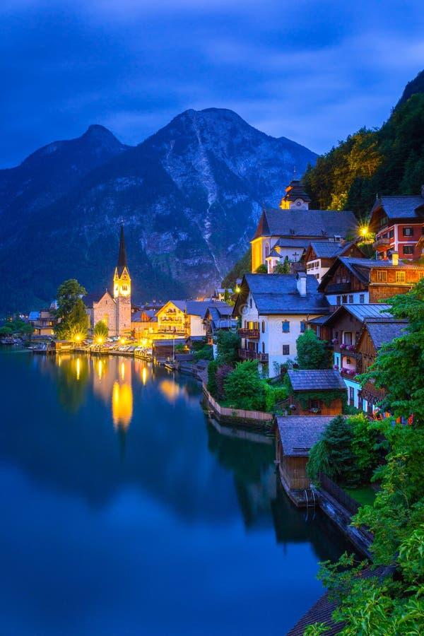 Hallstatt wioska w Alps przy półmrokiem zdjęcia royalty free