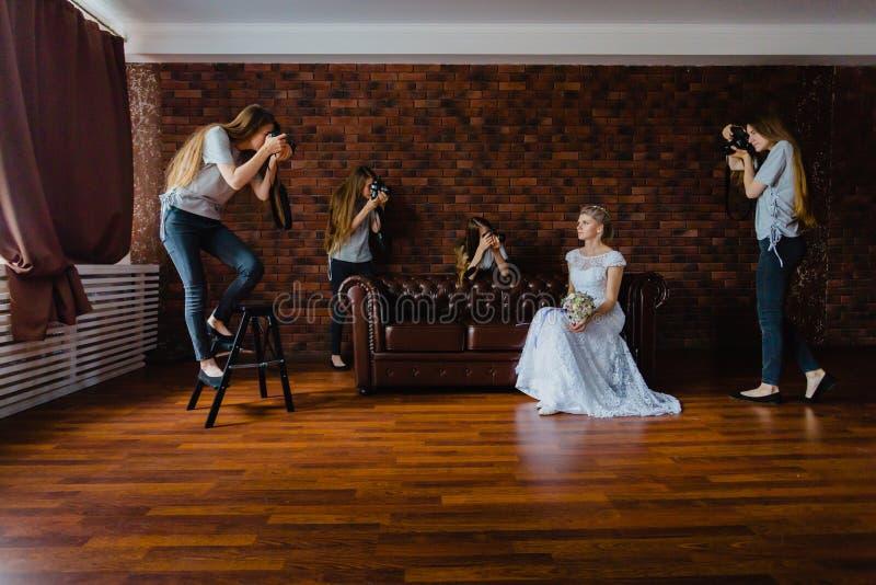 Hallucination av en brud med fyra fotografer arkivbilder