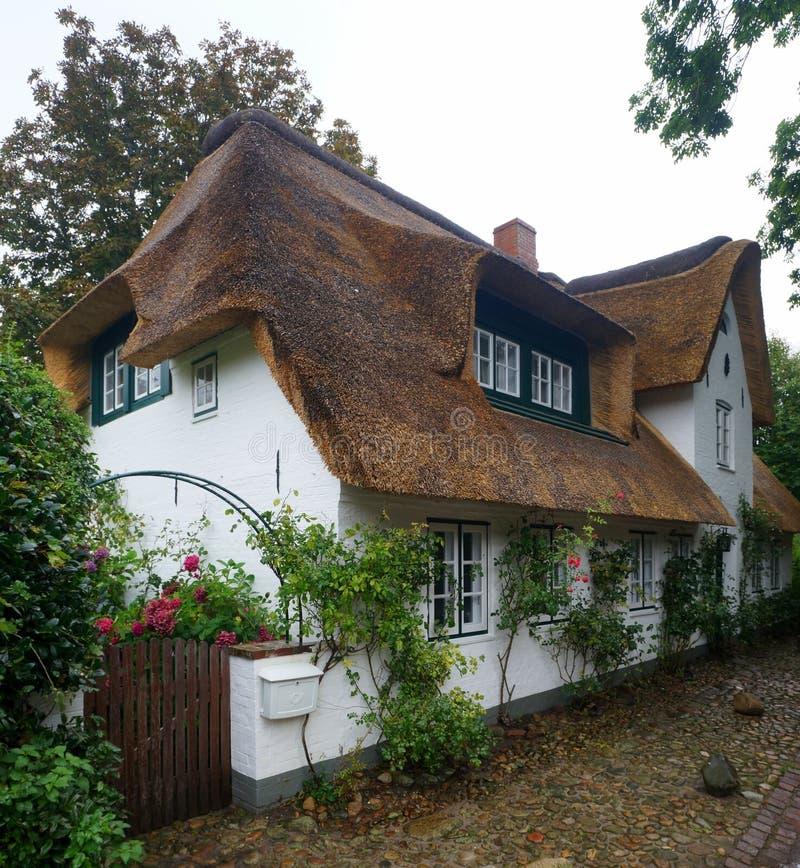Halmtäcka-tak hus på den Foehr ön royaltyfri foto
