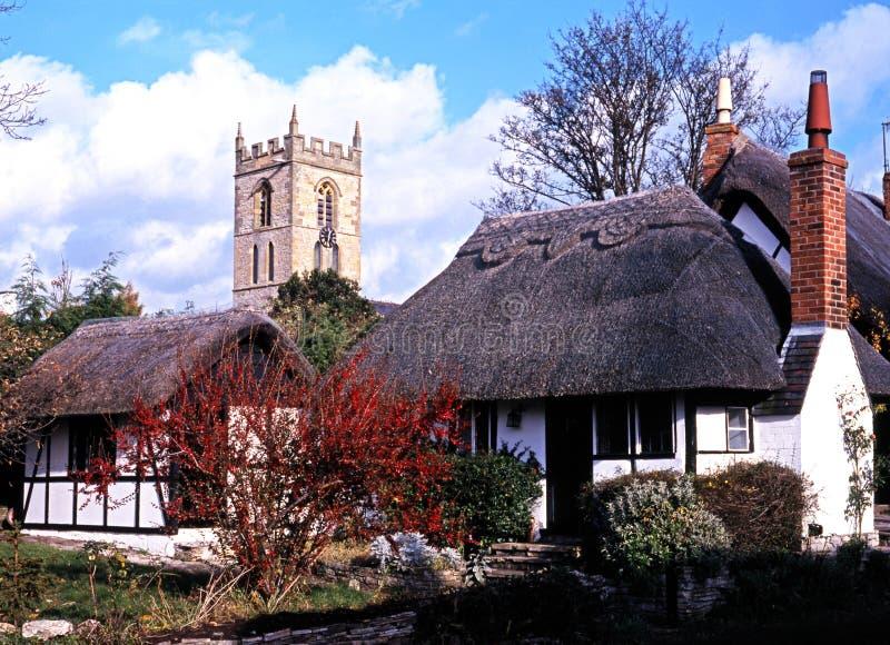 Halmtäckt stugor och kyrka, Welford på Avon royaltyfri foto