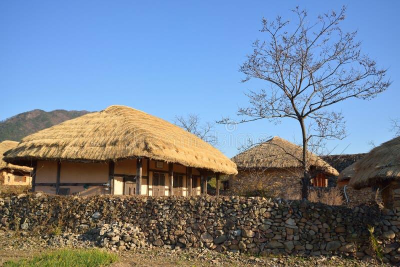 Halmtäckt takhus i koreansk traditionell gammal stad arkivfoton