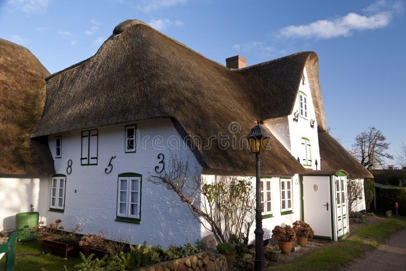 Halmtäckt takhus på Amrum royaltyfria foton