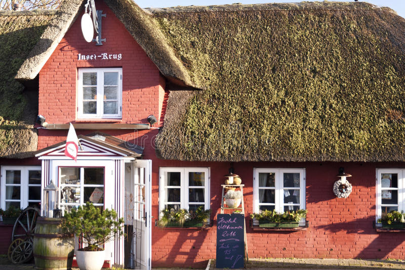Halmtäckt takhus på Amrum royaltyfria bilder