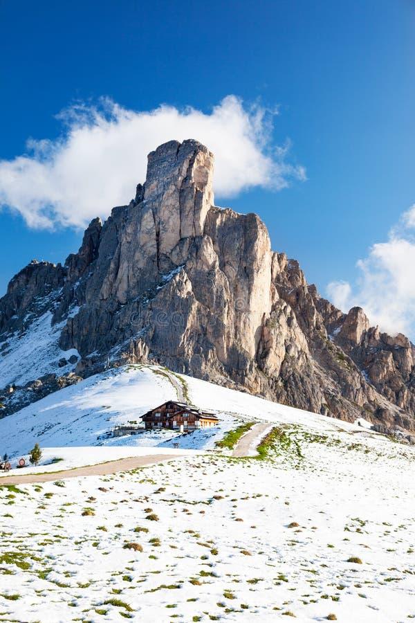Halna buda i Nuvolau osiągamy szczyt po lato opadu śniegu zdjęcie stock